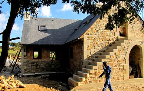 Réalisation d'une maison en pierre maçon à surzur